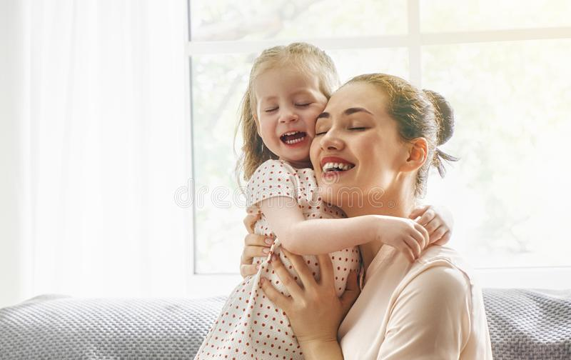 Het spelen van de moeder en van de dochter royalty-vrije stock afbeelding