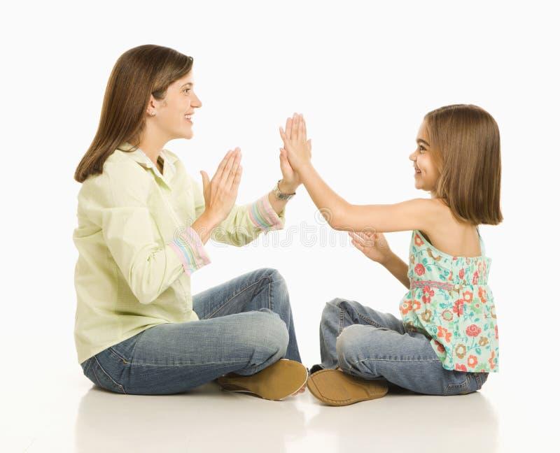 Het spelen van de moeder en van de dochter. stock foto