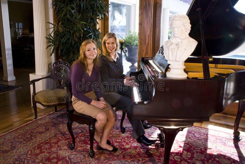 Het spelen van de moeder en van de dochter piano royalty-vrije stock afbeelding