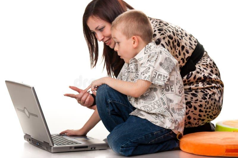 Het spelen van de moeder en van de zoon met laptop royalty-vrije stock fotografie