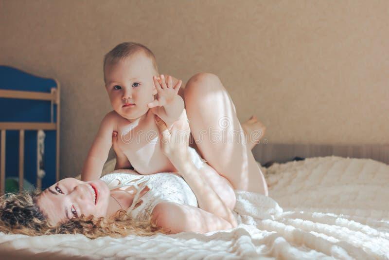 Het spelen van de moeder met baby royalty-vrije stock foto's