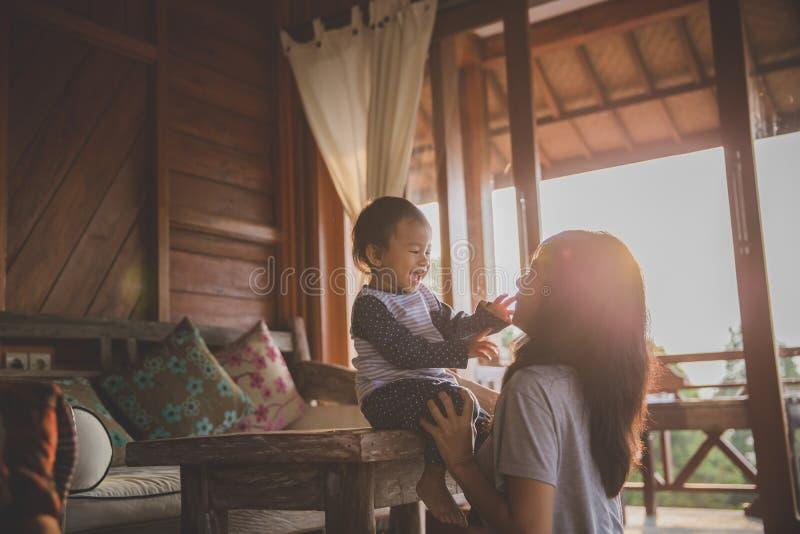 Het spelen van de moeder met dochter royalty-vrije stock fotografie