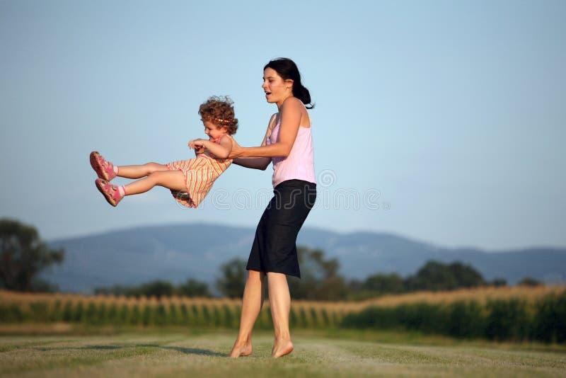 Het spelen van de moeder met haar dochter royalty-vrije stock afbeeldingen