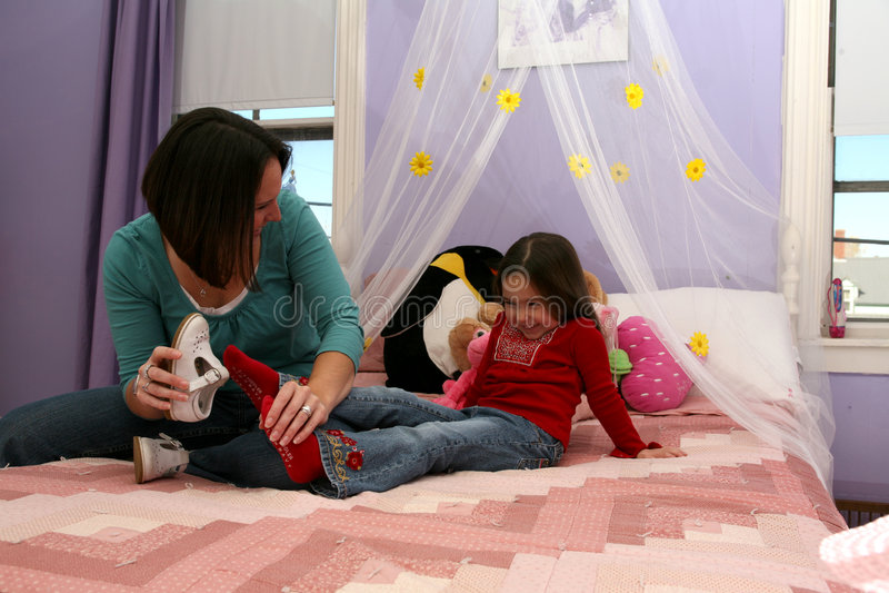 Het spelen van de moeder met haar meisje royalty-vrije stock afbeelding