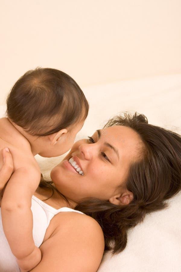 Het spelen van de moeder met haar zoon van de babyjongen stock foto's
