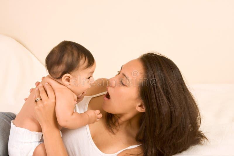 Het spelen van de moeder met haar zoon van de babyjongen stock fotografie