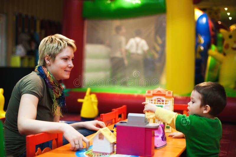 Het spelen van de moeder met kind stock afbeelding