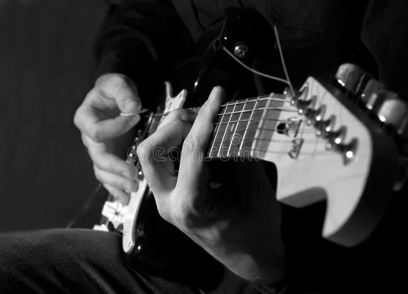 Het spelen van de musicus gitaar stock afbeeldingen