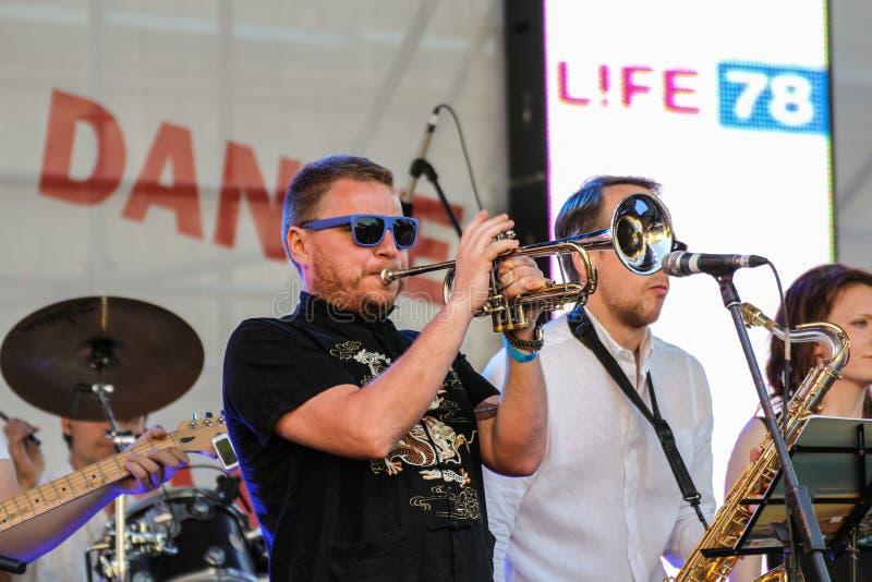 Het spelen van de musicus trompet stock foto