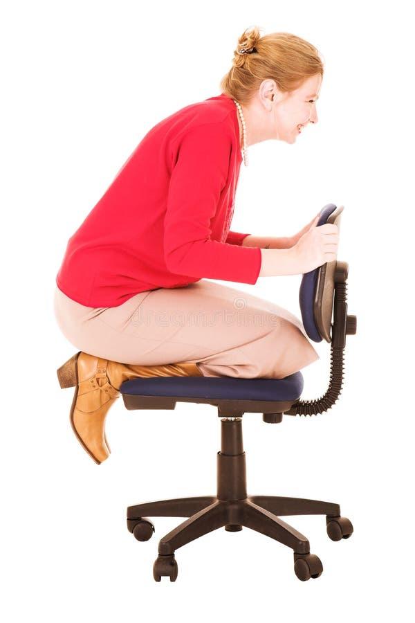 Het spelen van de onderneemster op stoel stock afbeelding