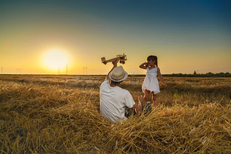 Het spelen van de vader en van de dochter stock fotografie