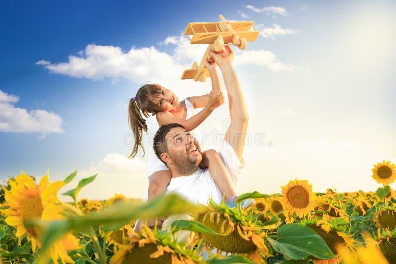 Het spelen van de vader en van de dochter stock foto
