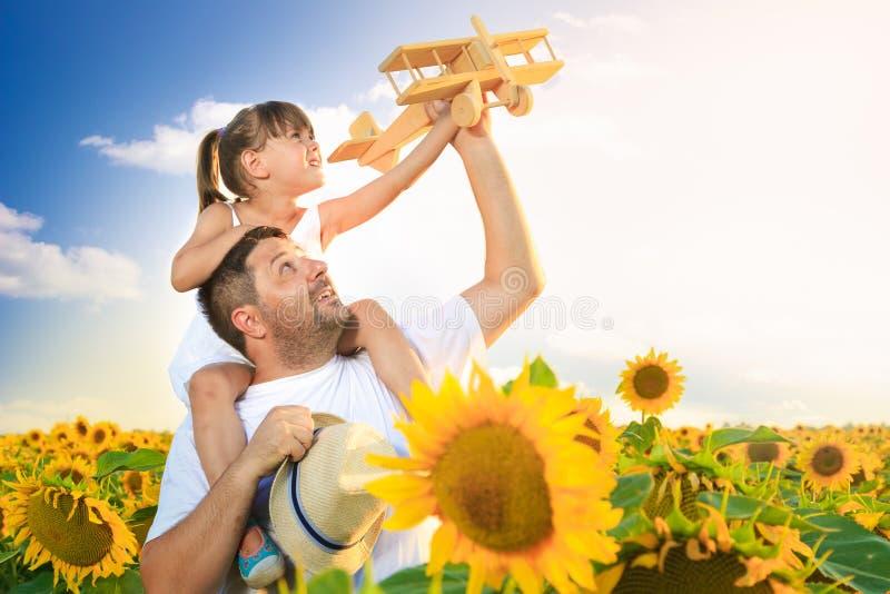 Het spelen van de vader en van de dochter royalty-vrije stock fotografie