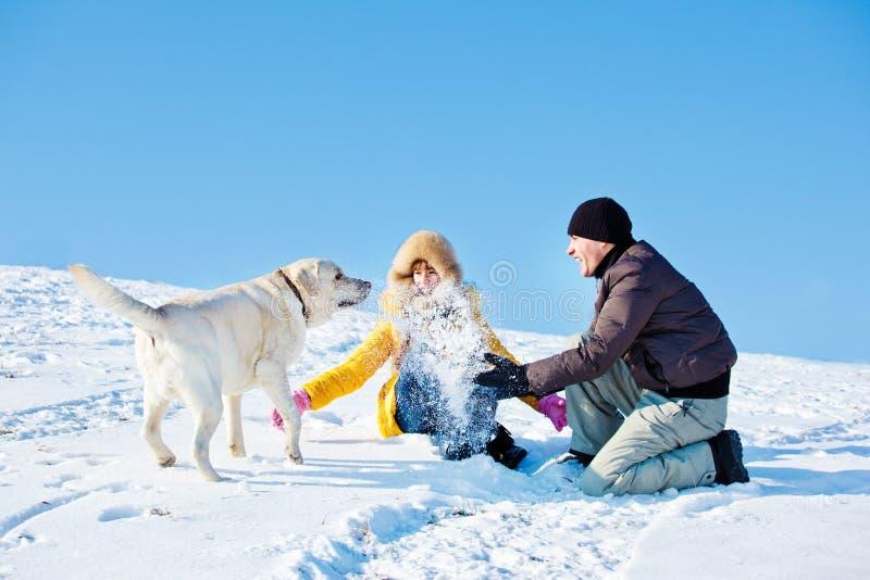 Het spelen van de vader en van de dochter met sneeuw royalty-vrije stock afbeeldingen
