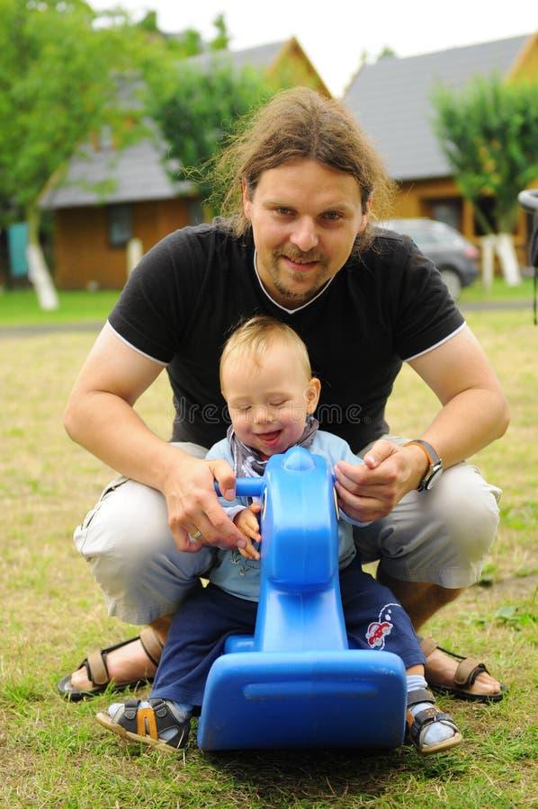 Het spelen van de vader en van de zoon stock foto's