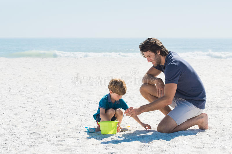 Het Spelen van de vader en van de Zoon bij Strand royalty-vrije stock fotografie