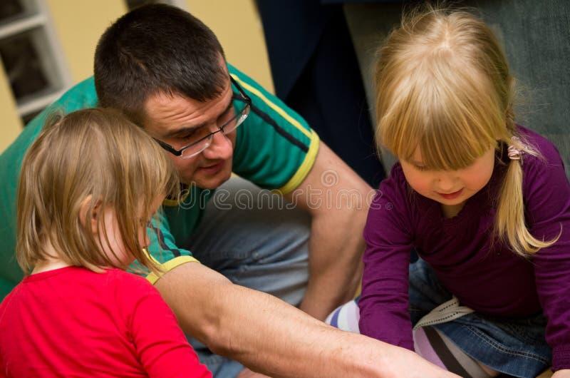 Het spelen van de vader met kinderen royalty-vrije stock afbeeldingen
