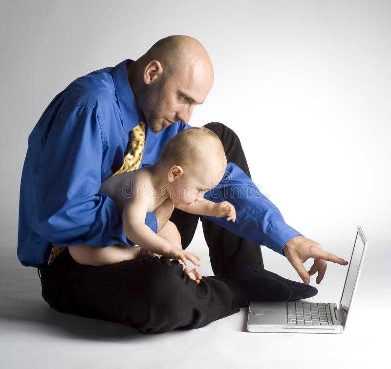 Het spelen van de vader met zijn zoon stock afbeelding