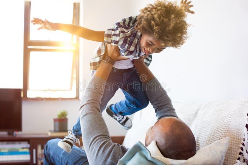 Het spelen van de vader met zoon royalty-vrije stock foto