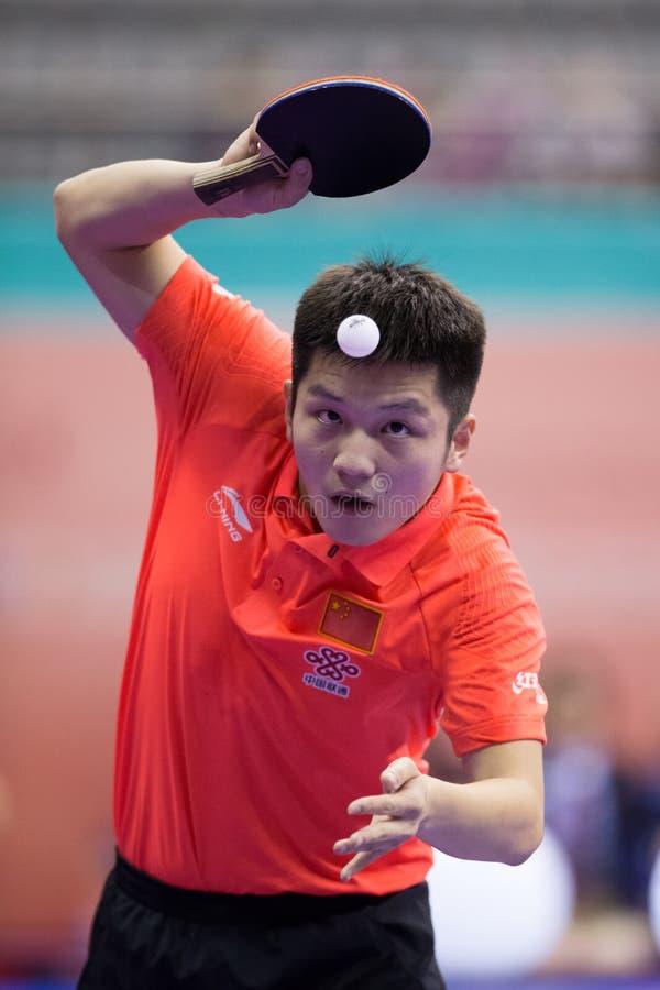 Het spelen van de Ventilatorzhendong van China tijdens Pingpong Chapionship binnen stock foto's