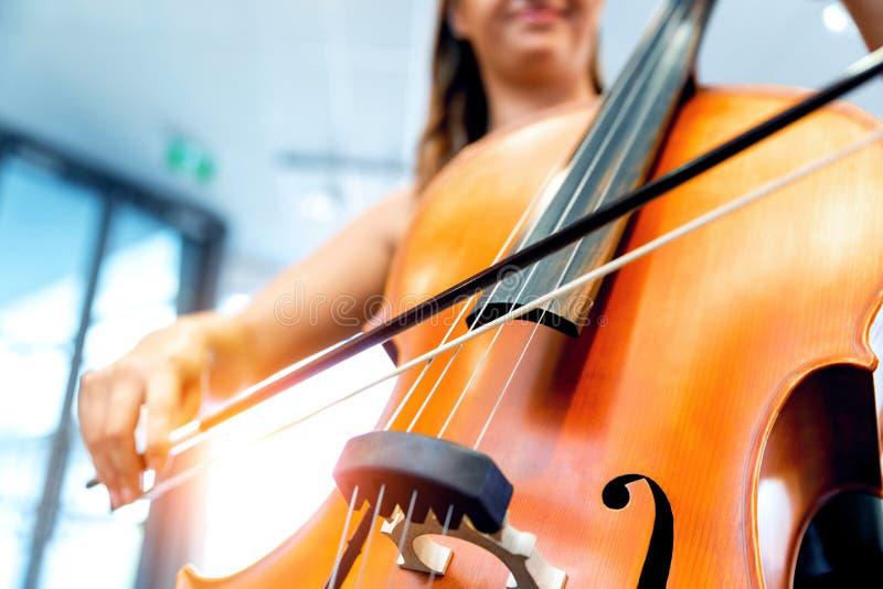 Het spelen van de vrouw Cello stock foto