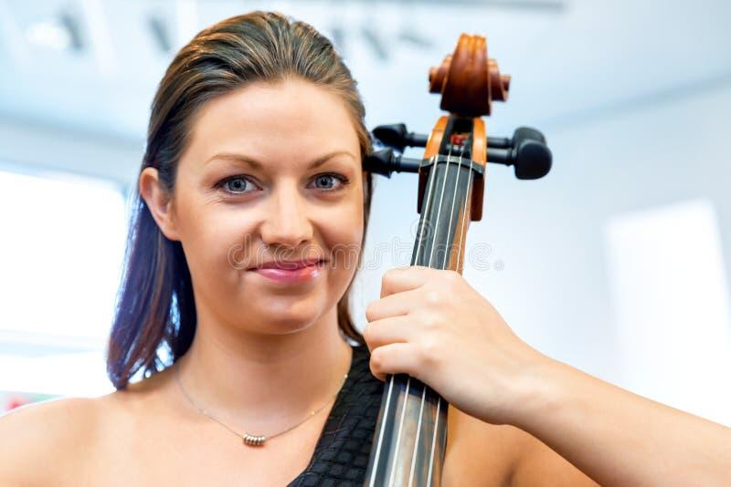 Het spelen van de vrouw Cello stock afbeeldingen