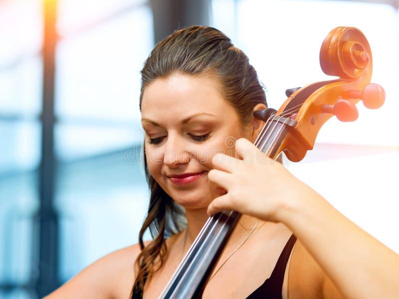 Het spelen van de vrouw Cello stock afbeelding
