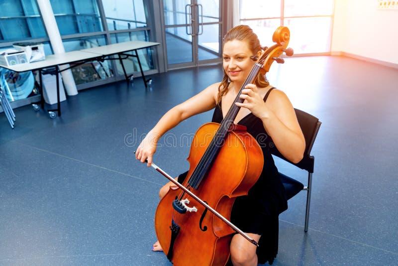 Het spelen van de vrouw Cello royalty-vrije stock fotografie
