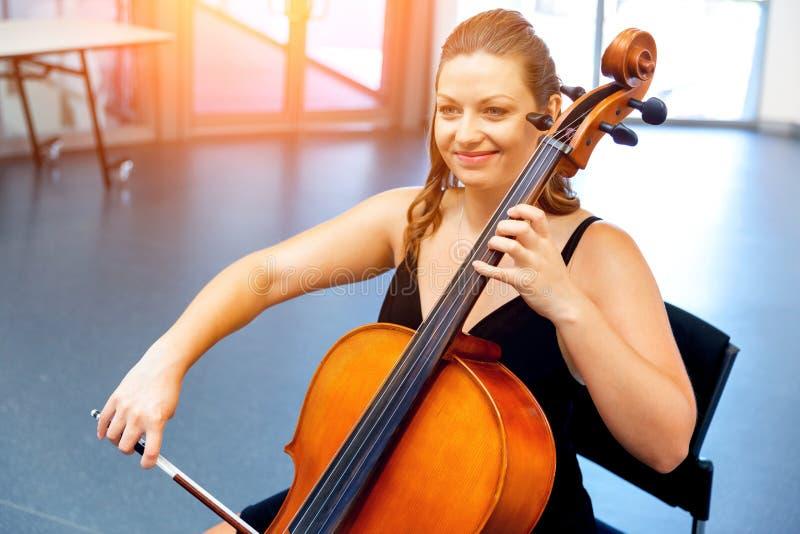 Het spelen van de vrouw Cello royalty-vrije stock afbeeldingen