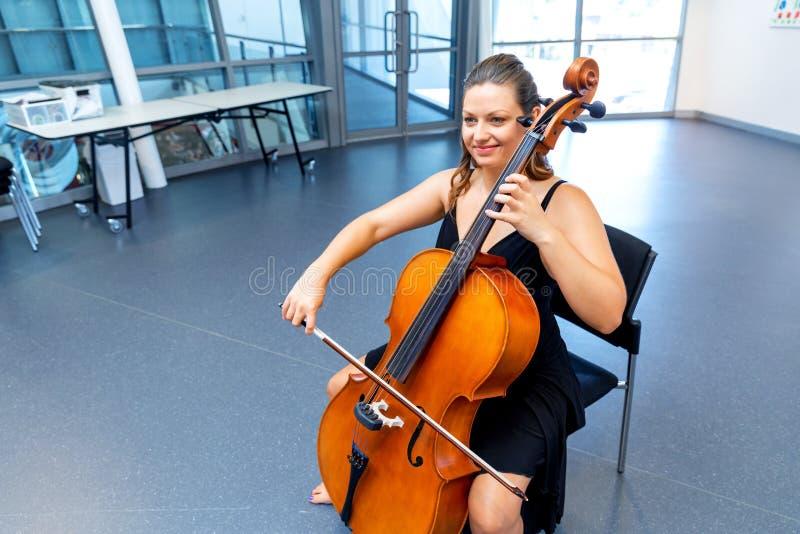 Het spelen van de vrouw Cello royalty-vrije stock foto's