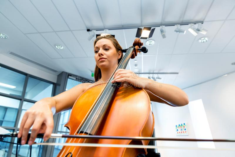 Het spelen van de vrouw Cello stock foto's