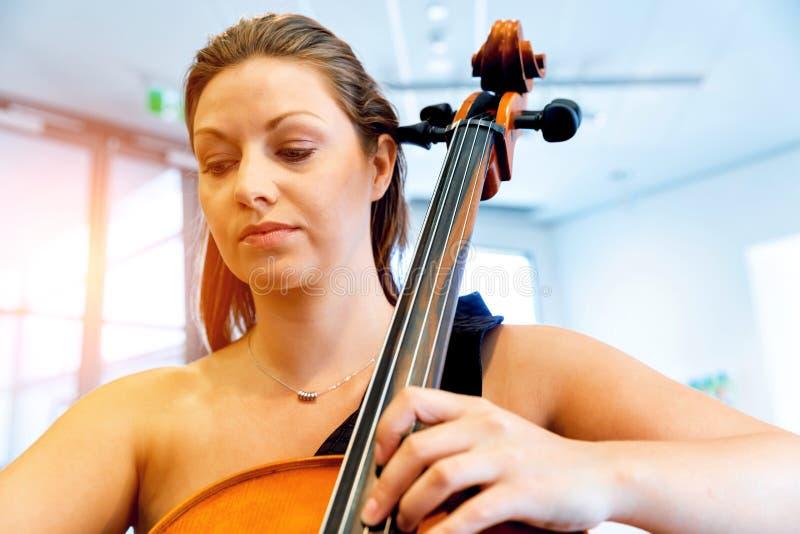 Het spelen van de vrouw Cello royalty-vrije stock afbeelding