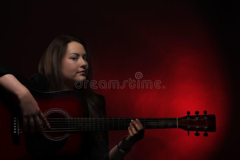 Het spelen van de vrouw gitaar royalty-vrije stock fotografie