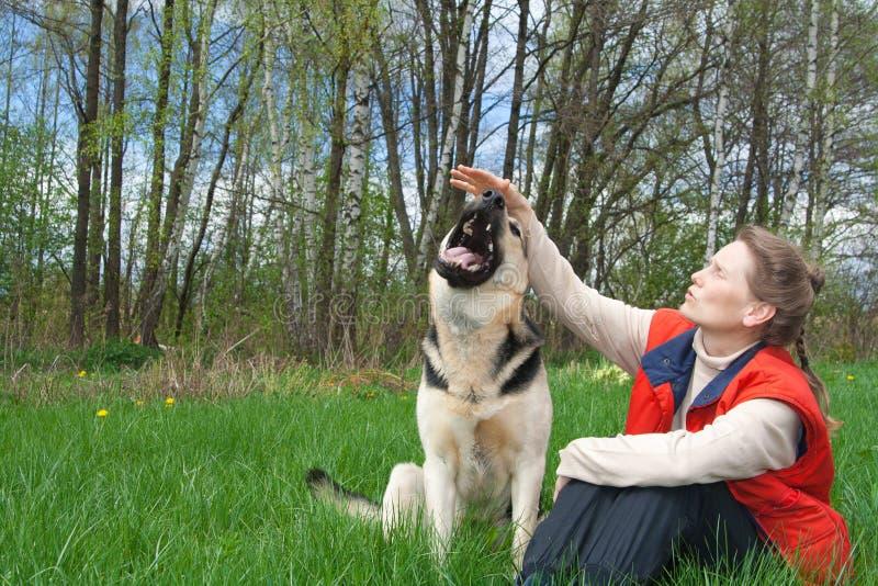 Het spelen van de vrouw met hond royalty-vrije stock afbeelding