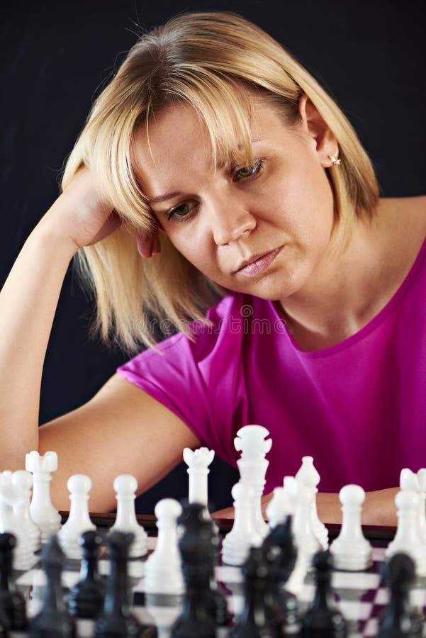 Het spelen van de vrouw schaak royalty-vrije stock afbeelding
