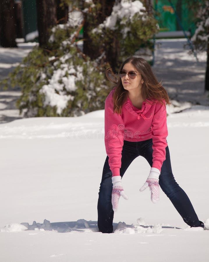 Het spelen van de vrouw in sneeuw royalty-vrije stock foto's