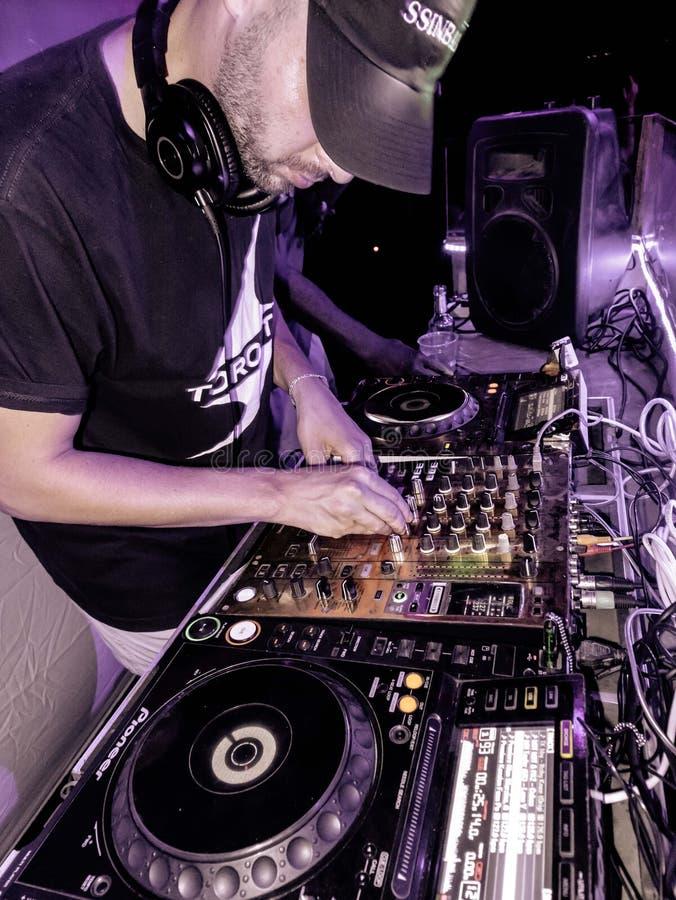 Het spelen van DJ bij de Club, vierende volle maanpartij, Koh Phangan, thani van Surat, Thailand, Januari, 2019 stock foto's