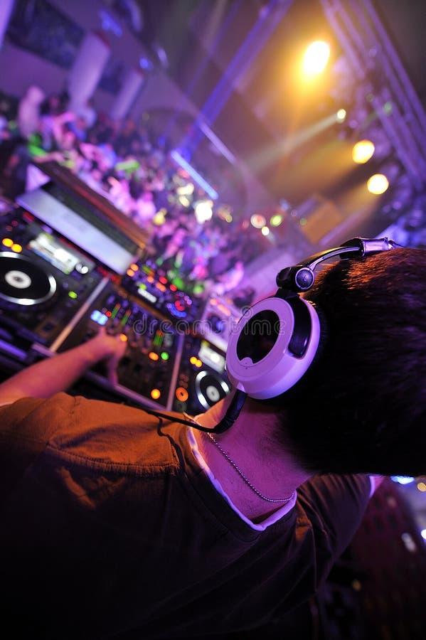 Het spelen van DJ bij de partij stock afbeelding