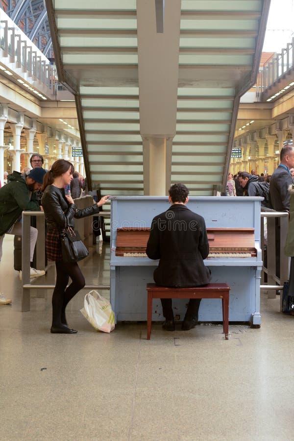 Het spelen van een piano in St Pancras Station royalty-vrije stock foto's