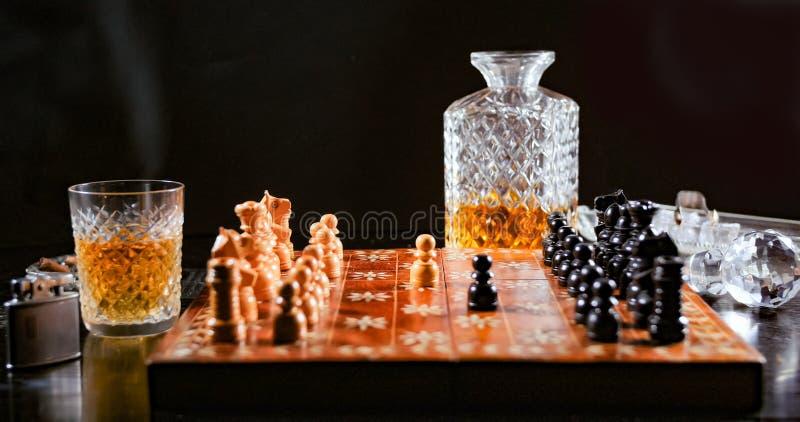 Het spelen van een spel van schaak met een glas whisky royalty-vrije stock foto