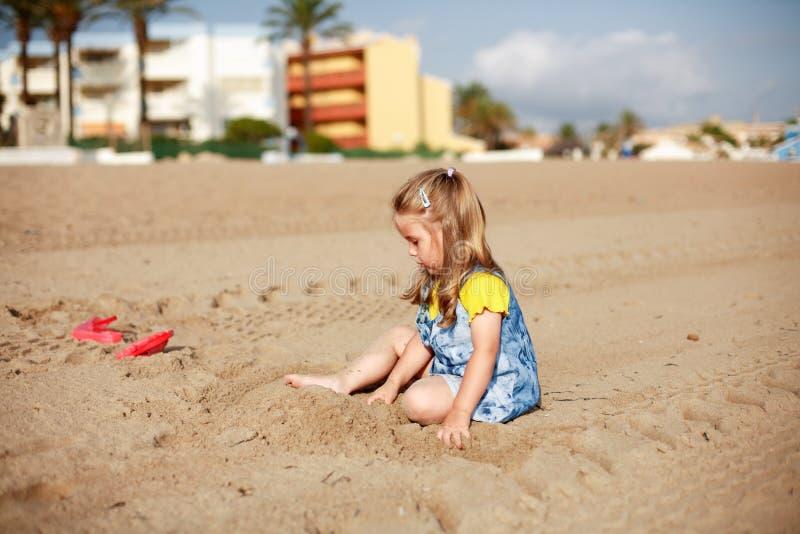 Het spelen van het jonge geitje op strand royalty-vrije stock foto