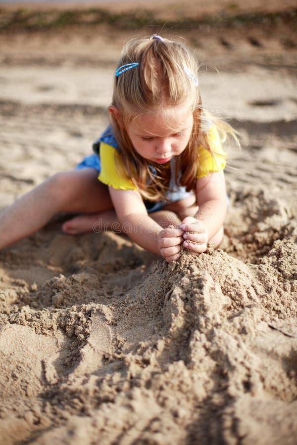 Het spelen van het jonge geitje op strand royalty-vrije stock afbeelding