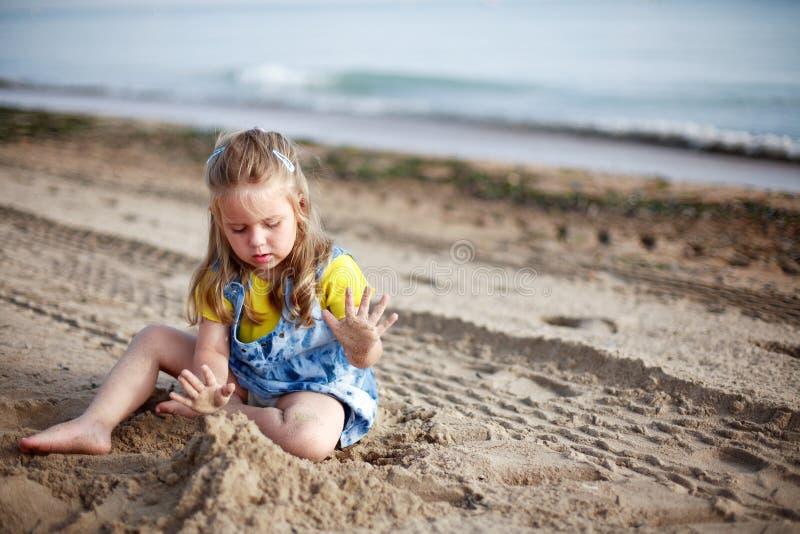 Het spelen van het jonge geitje op strand stock fotografie