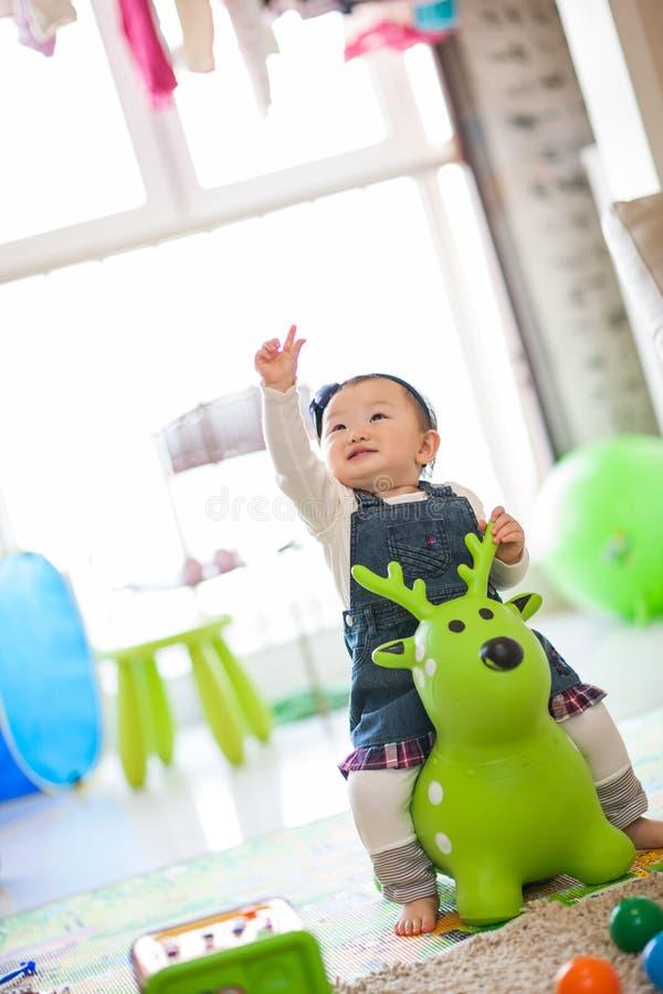 Download Het Spelen Van Het Jonge Geitje Speelgoed Stock Afbeelding - Afbeelding bestaande uit aanbiddelijk, kinderjaren: 29514711