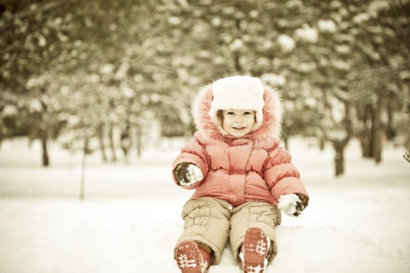 Het spelen van het kind bij sneeuwballen stock afbeeldingen
