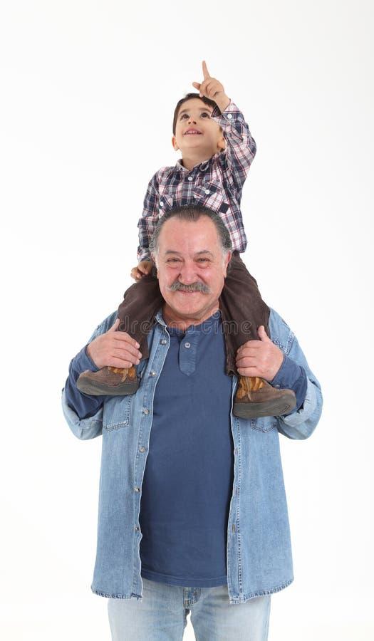 Het spelen van het kind en van de grootvader stock foto's