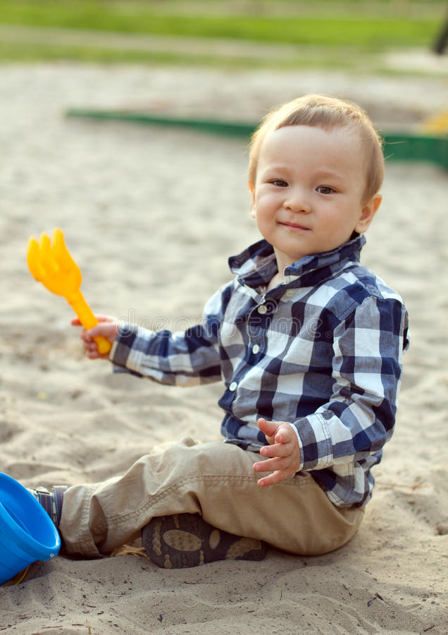 Het Spelen van het kind in het Zand stock foto