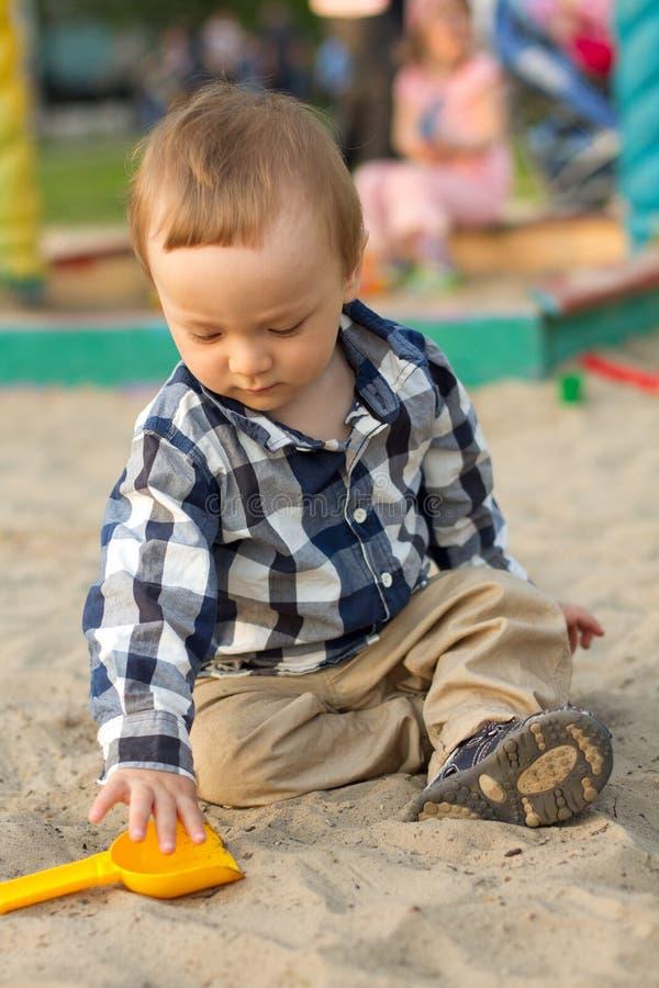 Het Spelen van het kind in het Zand royalty-vrije stock afbeeldingen