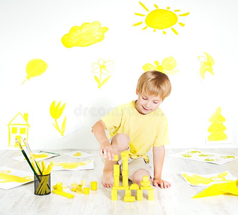 Het spelen van het kind met bouwblokken. Creativiteit royalty-vrije stock fotografie