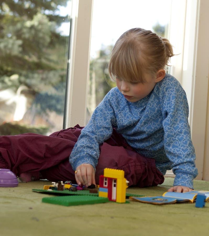 Het spelen van het kind met de bouw van bakstenen royalty-vrije stock fotografie